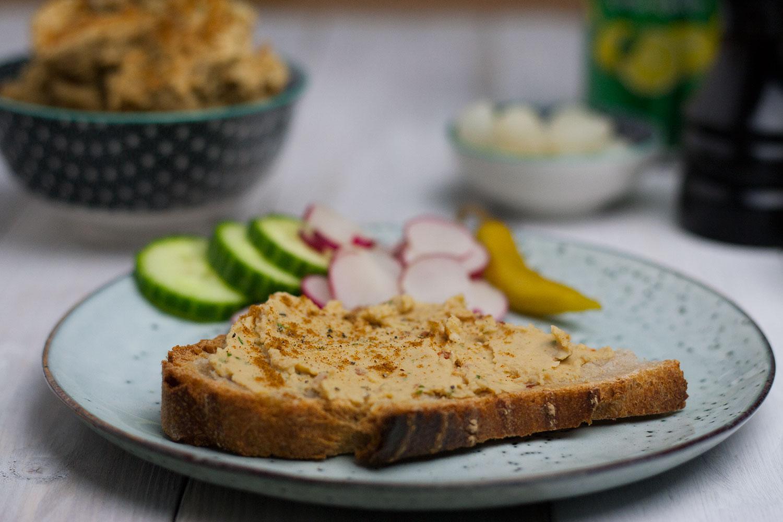 veganer Hummus Aufstich auf leckerem Bäckerbrot