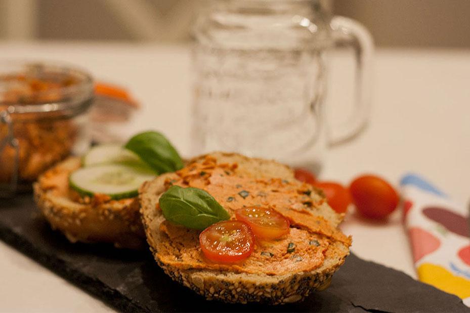 Brötchen mit veganer Tomatenbutter