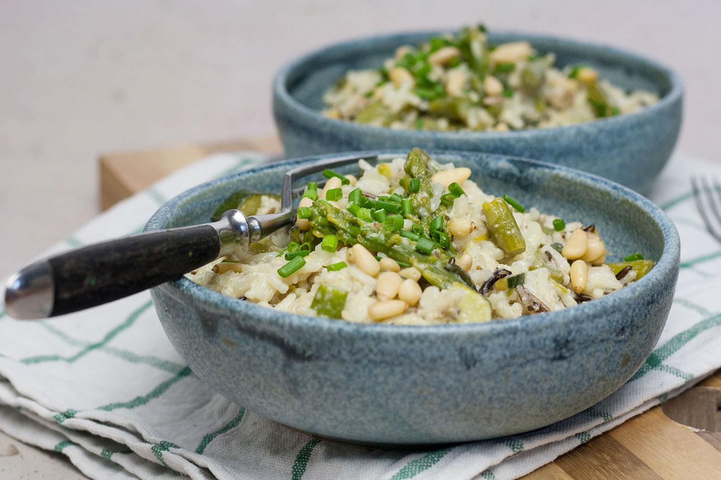 veganes Spargel Risotto mit Zucchini und veganem Parmesam