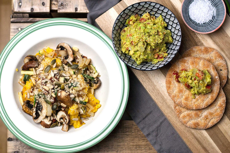 Veganes Polenta Scramble mit Guacamole