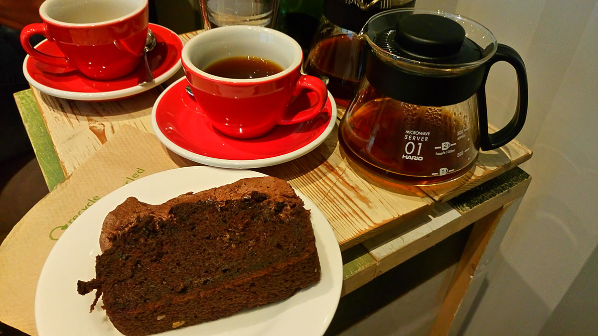Kaffee und Kuchen vegan in London bei Timber Yard Soho