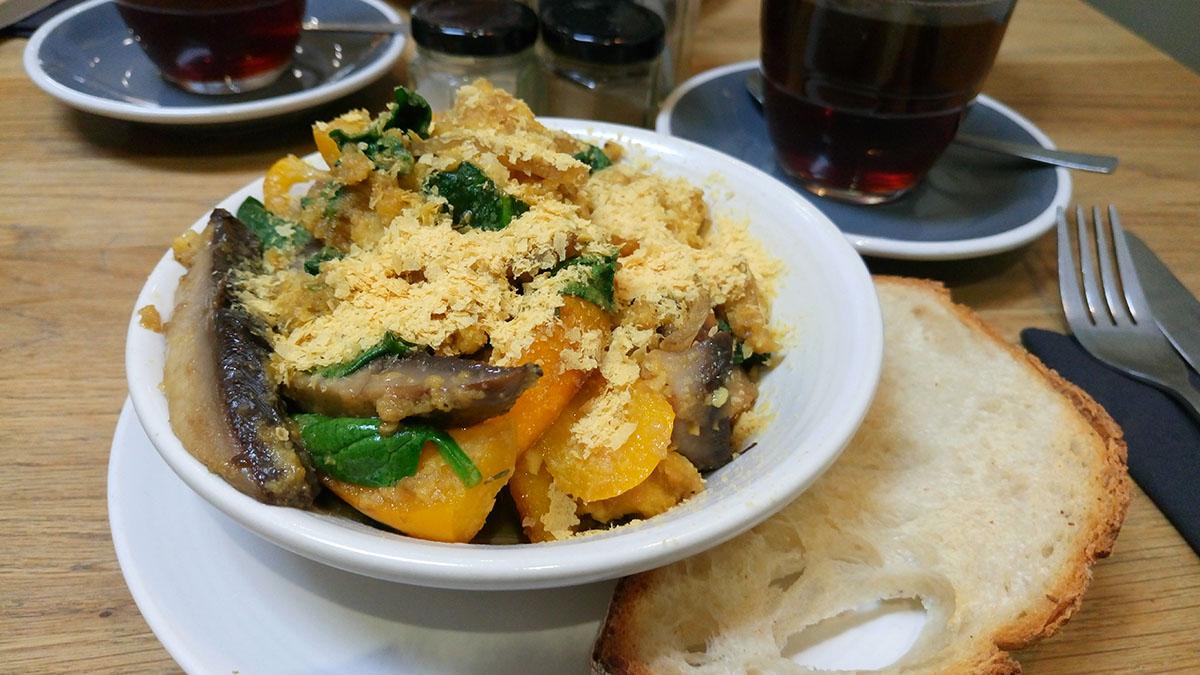 unterwegs vegan in London frühstücken bei Kin Cafe Polenta Scramble