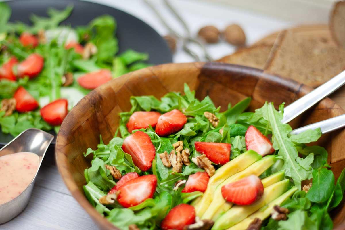 Salat mit Erdbeeren und Pfirsichdressing