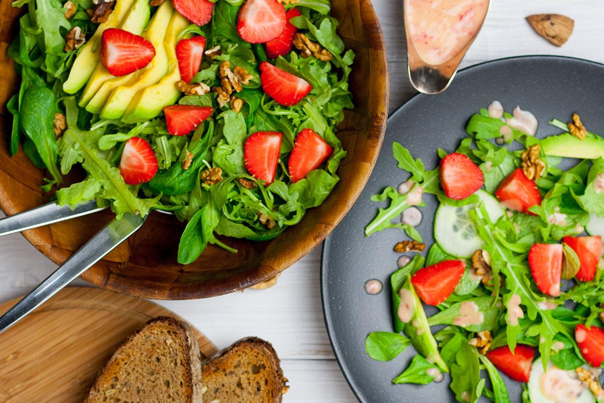 Veganer Sommersalat mit Erdbeeren