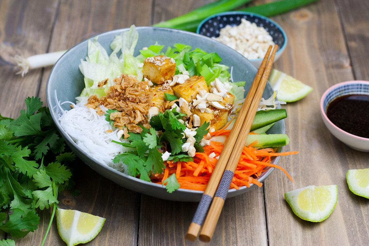 Veganer vietnamesischer Reisnudelsalat
