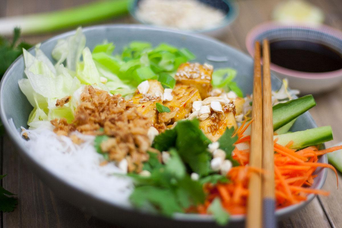Veganer Reisnudelsalat mit Tofu, Karotten, Gurke, Eisbergsalat