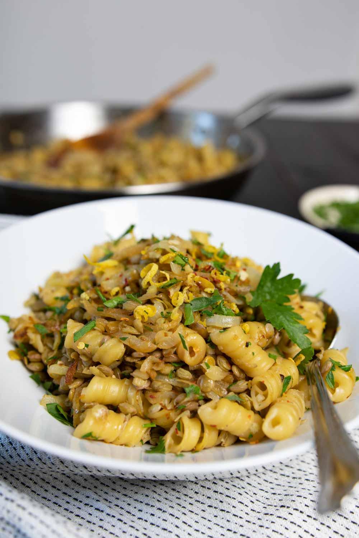 Veganes Pastagericht: Nudeln mit Linsen und karamellisierten Zwiebeln