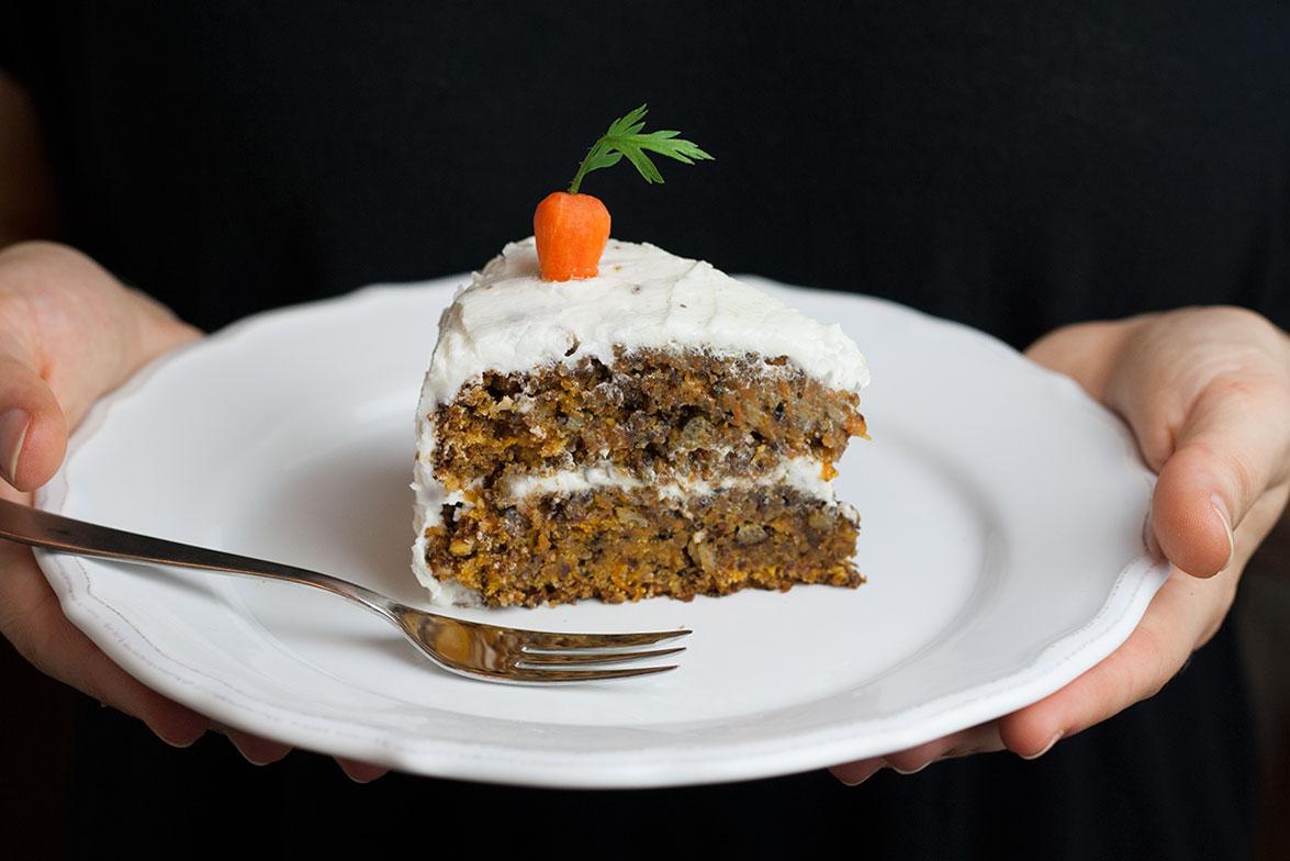ein Stück Karottenkuchen vegan