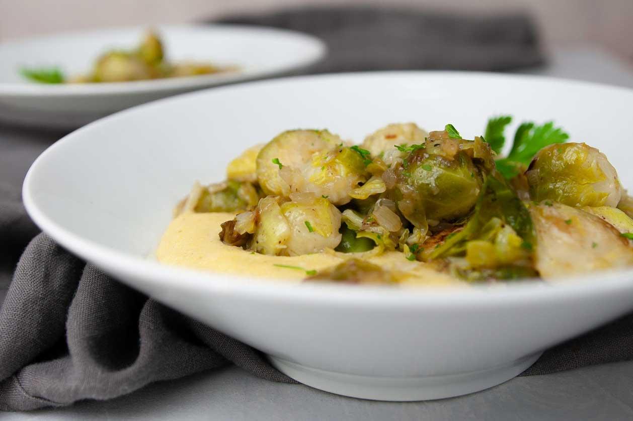 veganes und glutenfreies Rezept für Rosenkohl auf Polenta