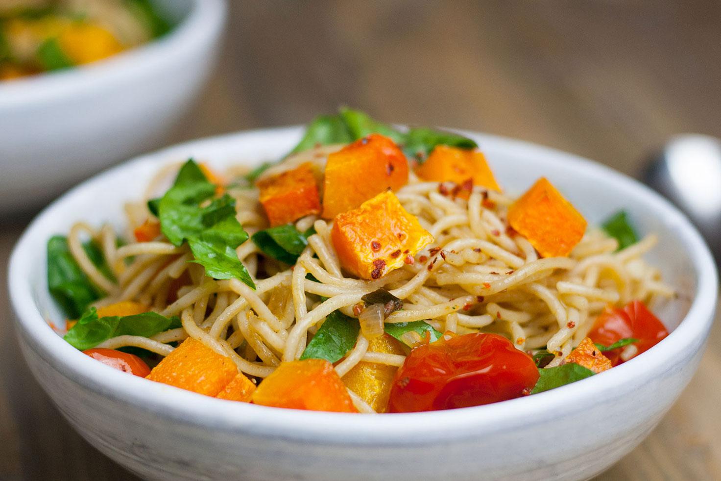 Spaghetti mit Kürbis, Kirschtomaten und Blattspinat