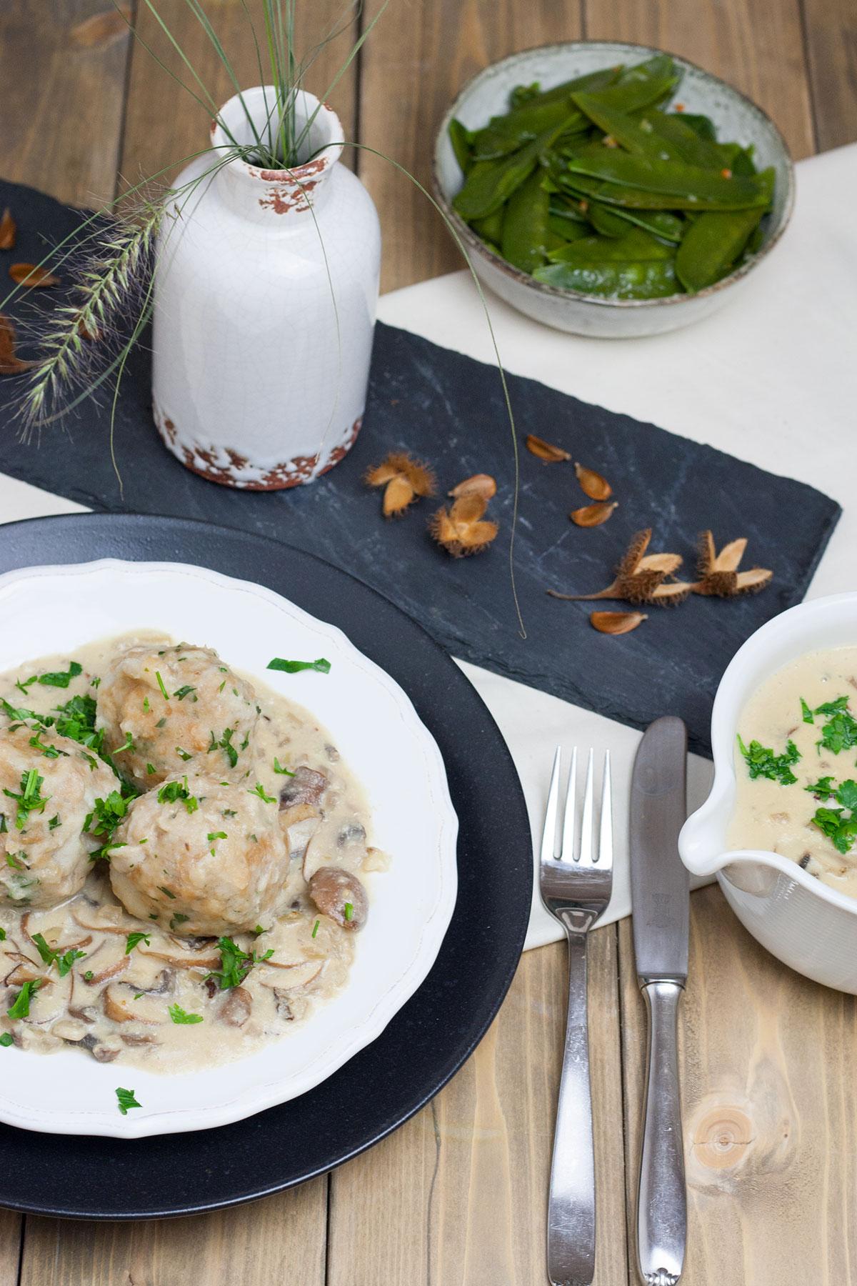 Semmelknödel mit veganer Pilzrahmsoße und Kaiserschoten, Champignon Sahne Soße