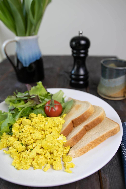 Veganes Frühstück mit Rührtofu