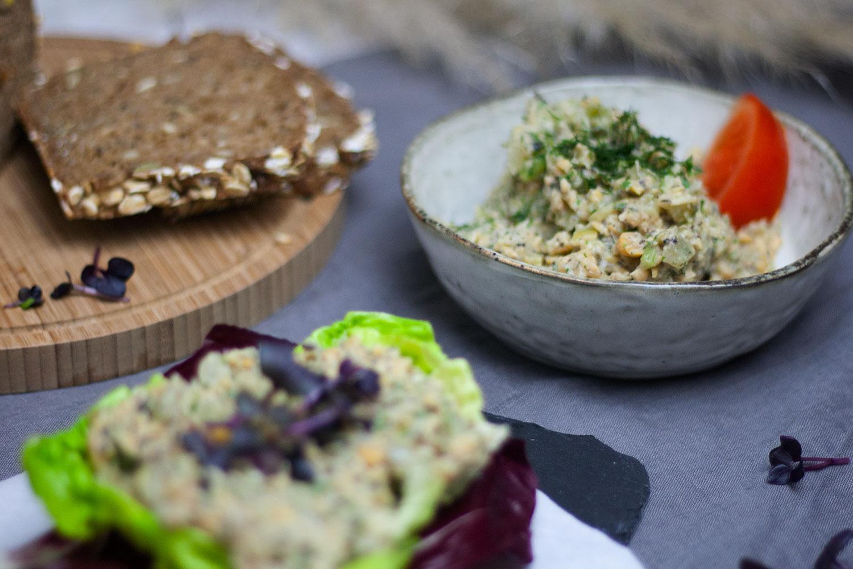 veganer Kichererbsensalat der an Thunfischsalat erinnert