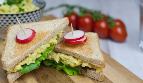 veganer Eiersalat auf Sandwich mit Radischen