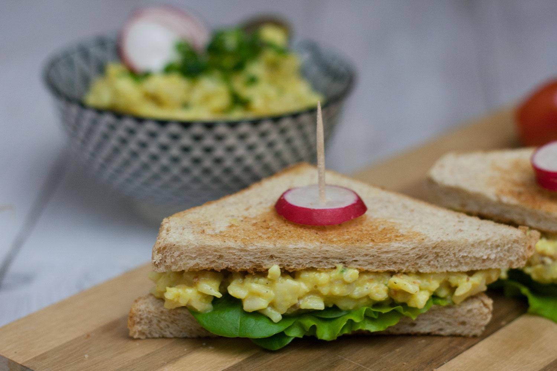 veganer Eiersalat auf Sandwich