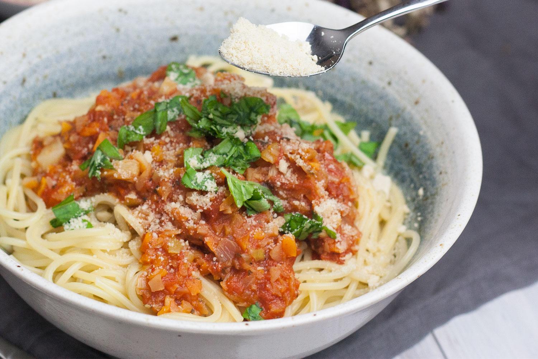 vegane Bolognese mit veganem Parmesan