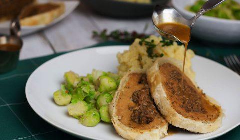 veganer seitanbraten mit bratensoße, rosenkohl und kartoffelpürree