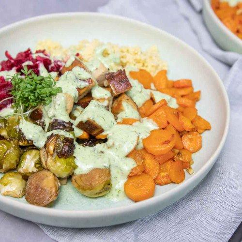 winterliche Bowl mit Karotten, Rosenkohl und Rote Beete