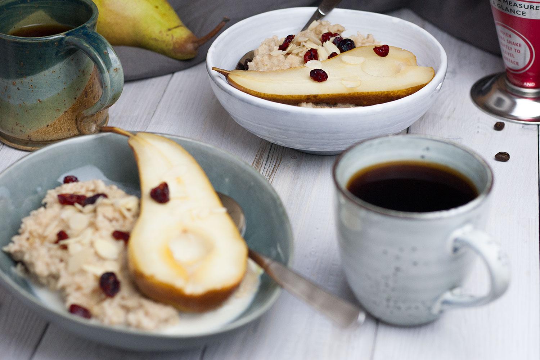 veganer Porridge mit glasierter Birne