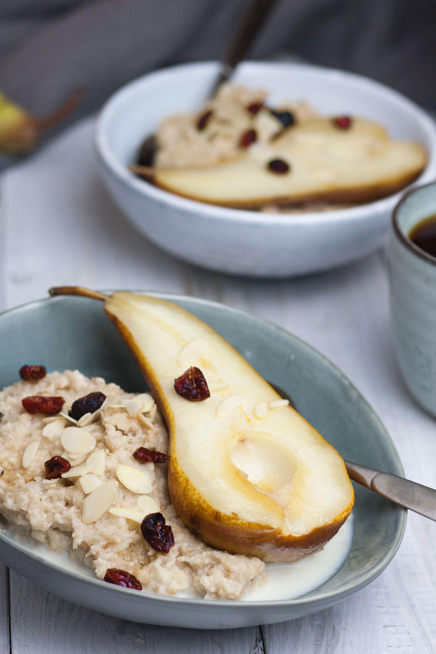 Frühstücksbrei Porridge mit Birne (vegan)