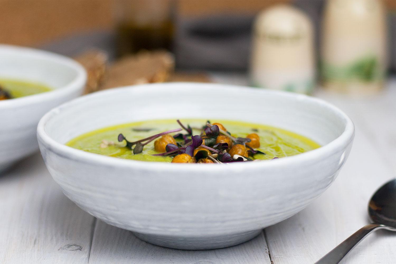 vegane Brokkoli-Lauch-Suppe mit Wasabi-Kichererbsen