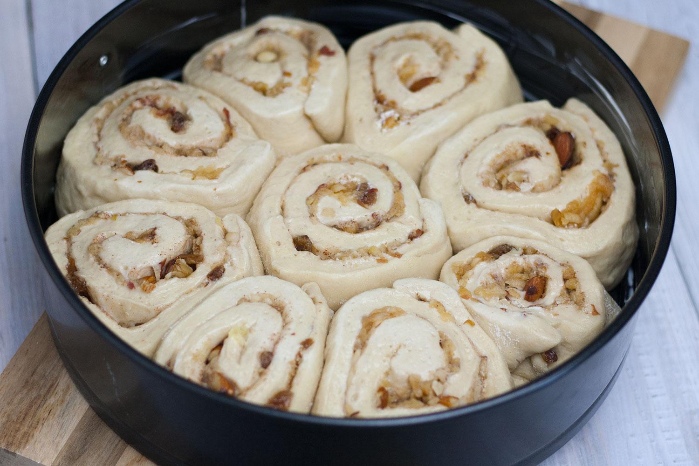 vegane Cinnamon Rolls beim Aufgehen