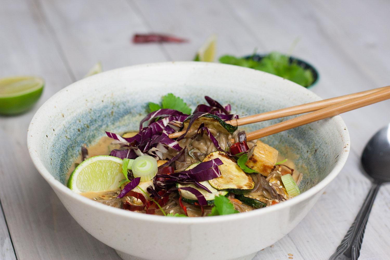 Schüssel mit leckerer veganer Thai Soup , Thai Suppe mit Soba Nudeln und Tofu