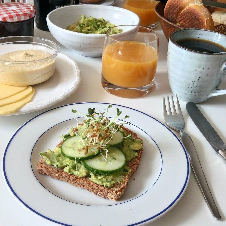 veganes Frühstück mit Brötchen und Guacamole
