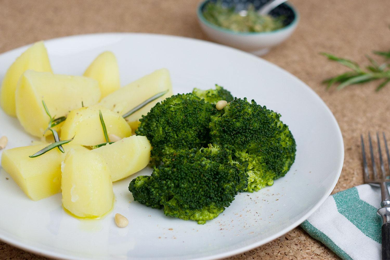 basisches Essen: Kartoffeln mit Brokkoli, typisches Abendessen beim Basenfasten