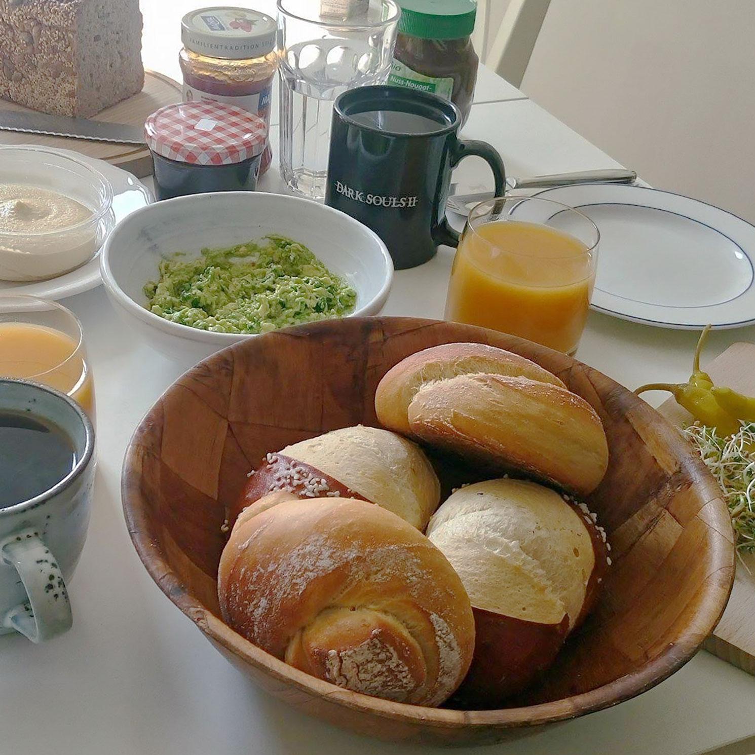veganes Frühstück mit Brötchen, Hummus und Guacamole