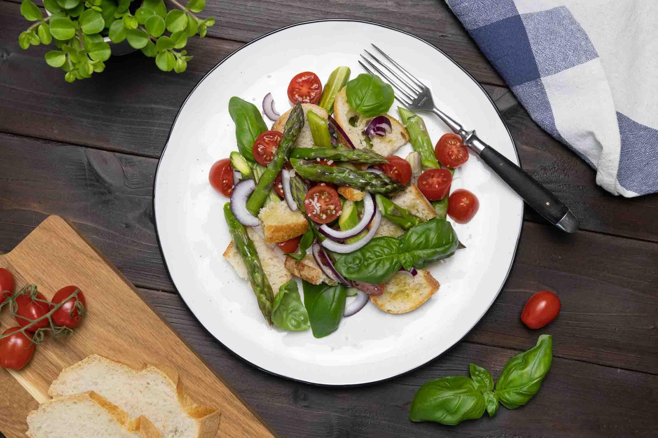 Veganer Spargel-Brotsalat
