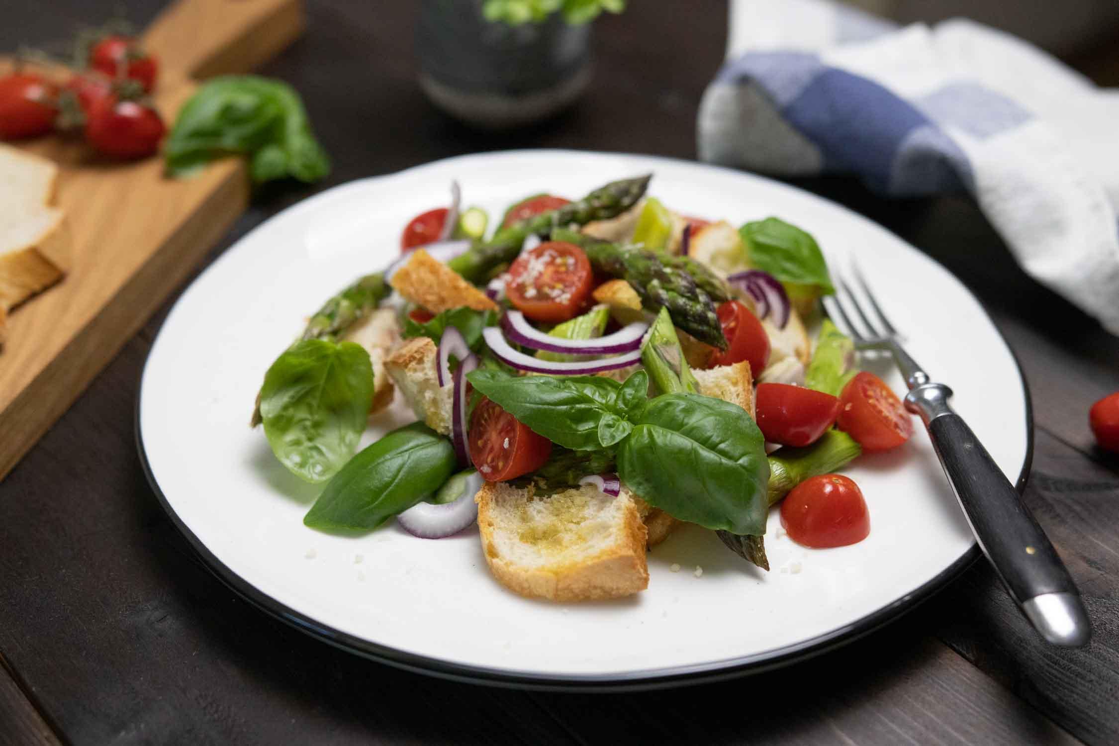 Veganer Panzanella mit Spargel