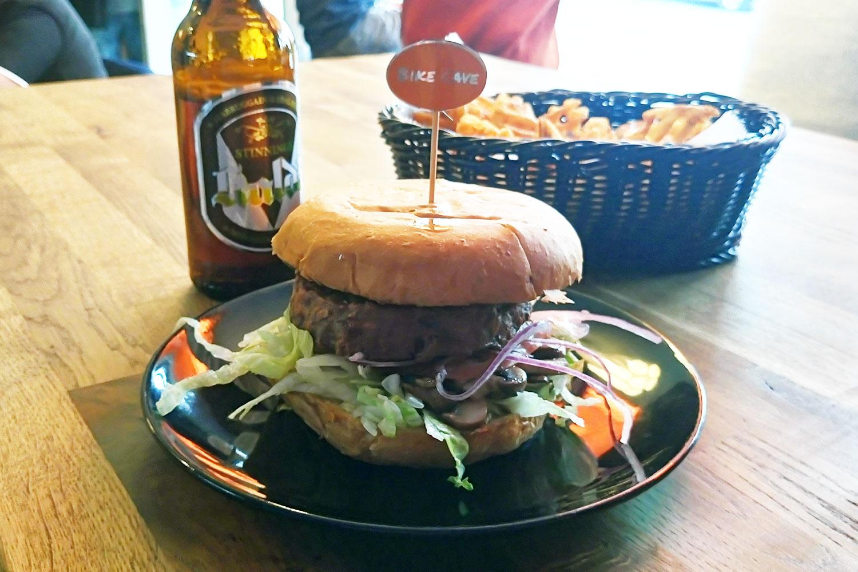 vegan essen in Island, hier veganer Burger im Imbiss Bike Cake