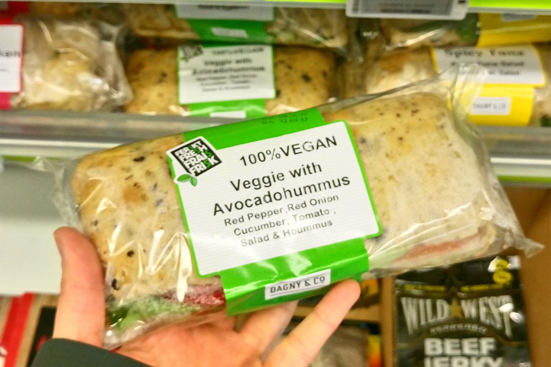 vegan essen in Island, hier Avokado-Sandwich am Flughafen