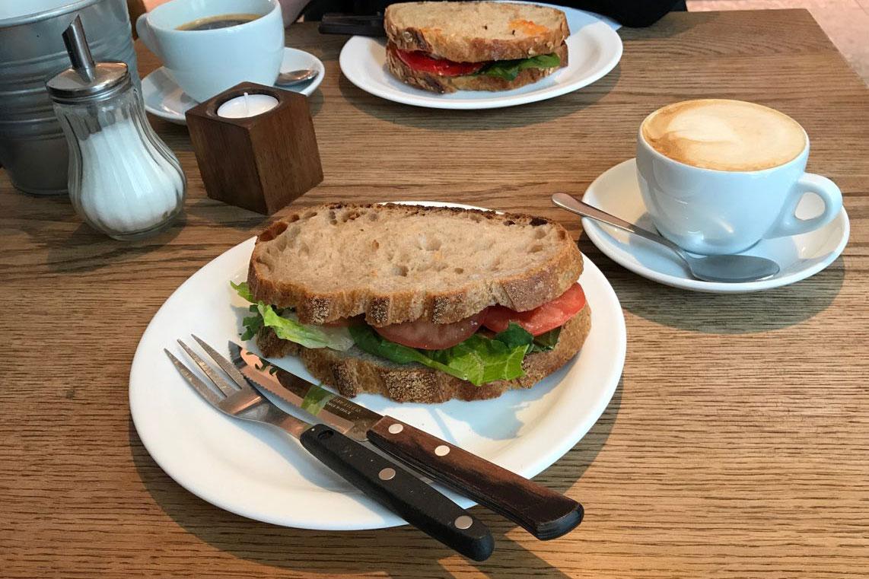 vegan essen in Island, hier veganes Sandwich in der Bäckerei Sandholt