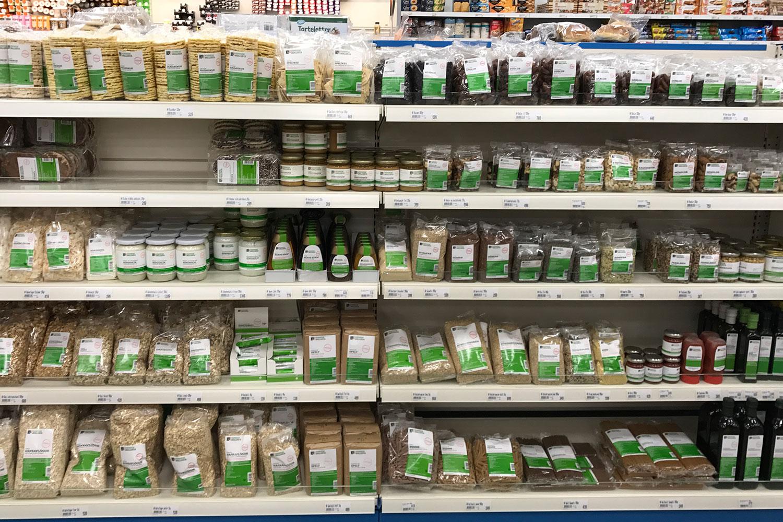 vegan essen in Island, hier Veganes im Supermarkt, Biolebensmittel-Regal