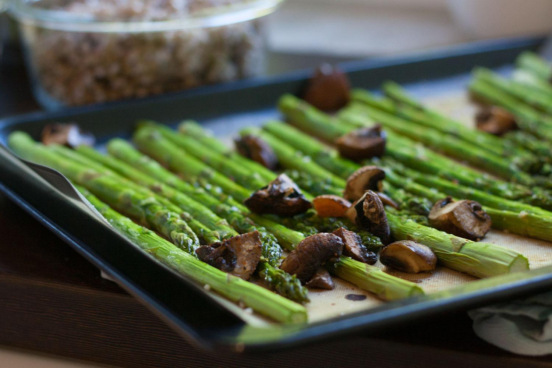 grüner Spargel im Ofen zubereitet, Meal Prep zum Beispiel für Spargel-Salat