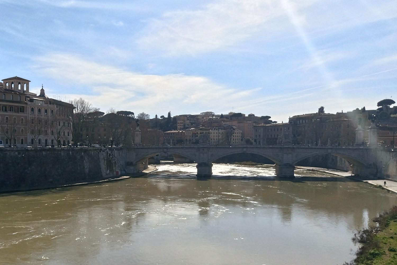 der Fluss Tiber nahe der Egelsburg, vegan essen in Rom