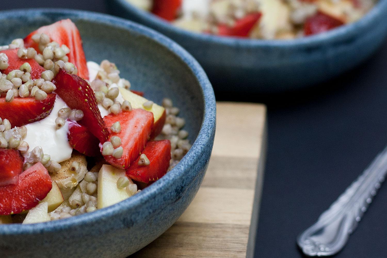 Müsli mit Buchweizen und Erdbeeren, Buchweizen kann gut am Vorabend zubereitet werden. Das nennt sich dann Meal Prep
