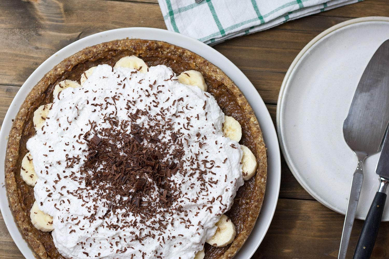 ganzer veganer rohköstlicher Banoffee Pie