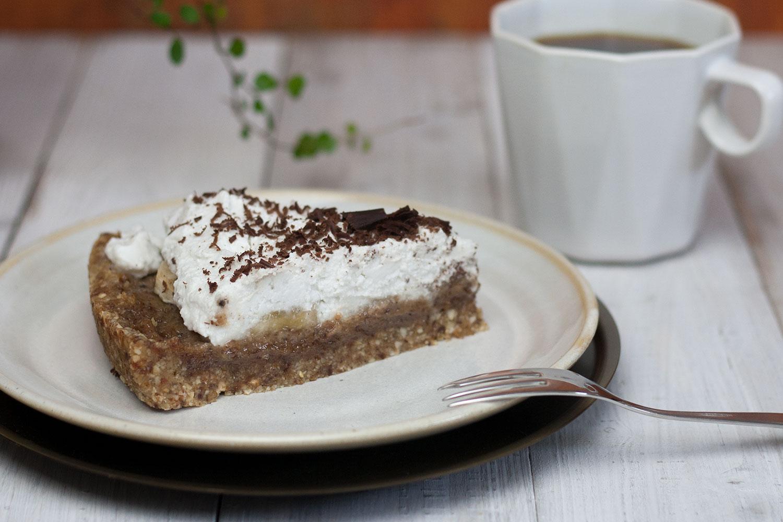 ein Stück veganer rohköstlicher Banoffee Pie