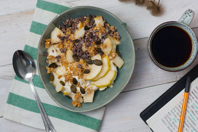 Breakfast Bowl mit Birne, Amarant und Kürbiskernen