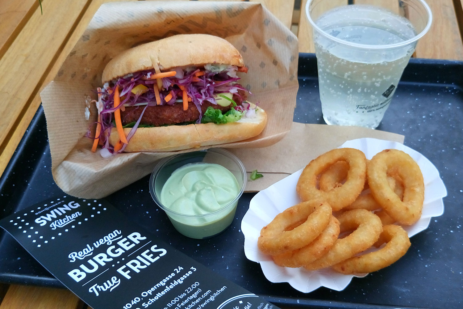 vegan essen in Wien Burger und Onion Rings in der Swing Kitchen