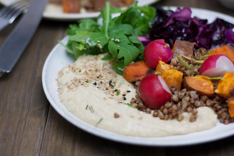 herbstlicher Buchweizen-Salat mit Süßkartoffel und Hummus