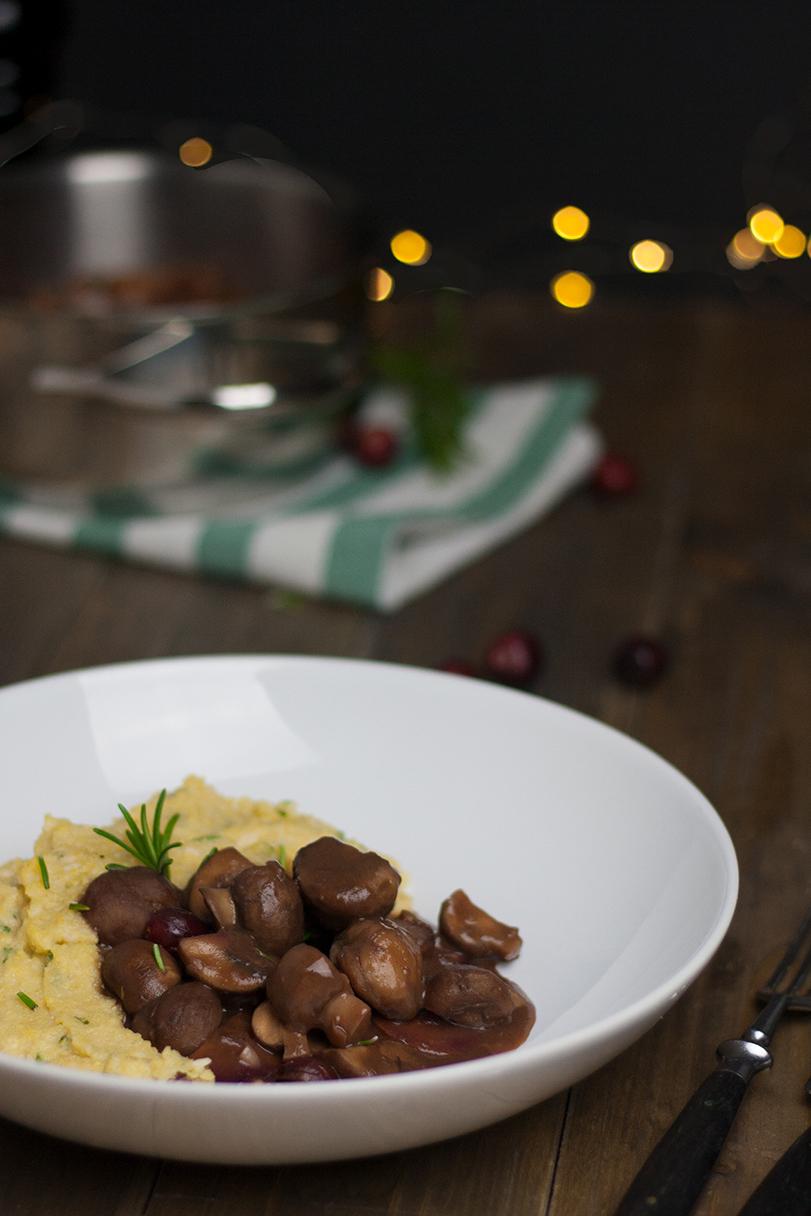 veganes Pilz-Maronen-Ragout an Polenta