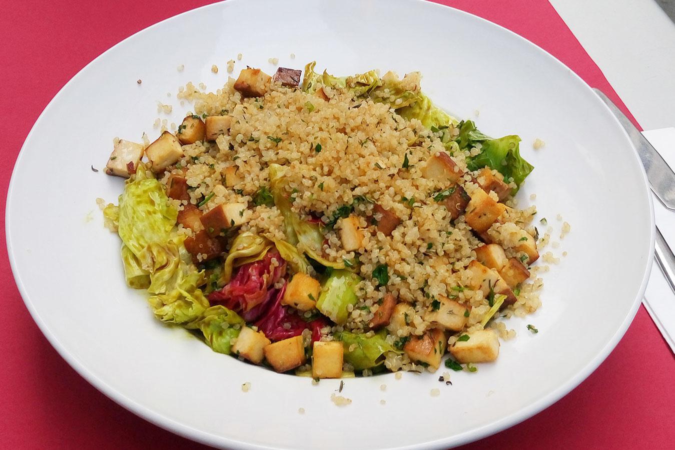 veganer Salat im Restaurant Wrenkh in vien