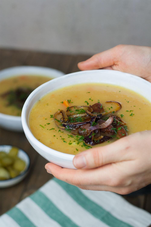 vegan potato soup with sausage and onion rings   einfache Kartoffelsuppe mit veganen Würstchen und Kartoffelringen