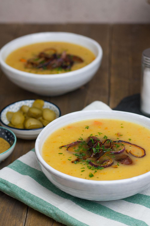 vegan potato soup with sausage and onion rings | einfache Kartoffelsuppe mit veganen Würstchen und Kartoffelringen