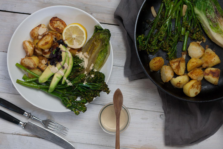 Green Bowl mit Röstkartoffeln und angebratenem Romana Salat | Green Bowl with crispy potatoes and fried romana salad