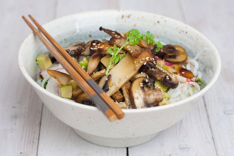 rice noodle salad with mushrooms and avocado |Reisnudelsalat mit Pilzen und Avokado